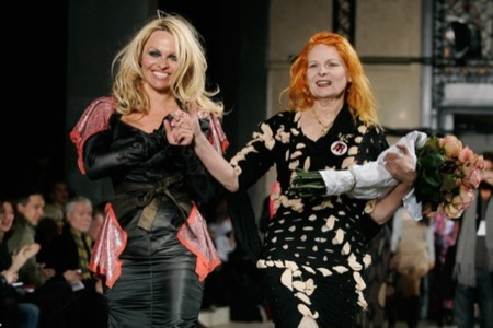 Pamela Anderson y Vivienne Westwood, el mal gusto sobre la pasarela