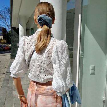 Los scrunchies denim han inundado el street style: nuestra melena se pone noventera en clave vaquera