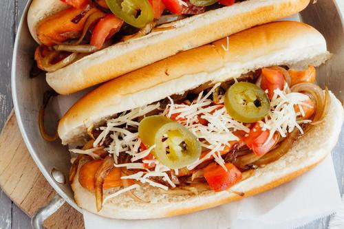 Hot-dogs de pavo con cebolla caramelizada. Receta fácil para ver el Mundial Rusia 2018
