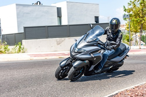 Probamos el Yamaha Tricity 300: un scooter de medio alcance sin carnet, con tres ruedas y argumentos convincentes