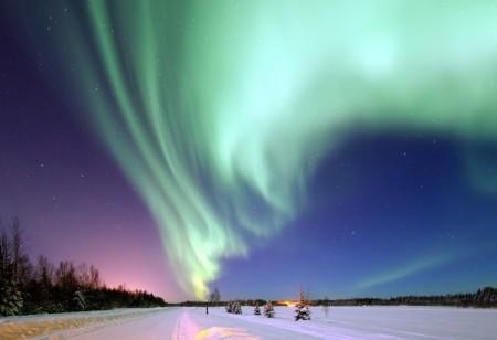 Volando entre las alucinantes auroras boreales con un paramotor