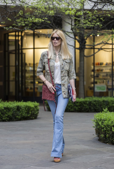 Claudia Schiffer sigue siendo una top pero en pleno street style