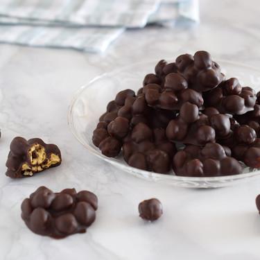 Garbanzos con chocolate negro: el sorprendente snack dulce para un capricho saludable