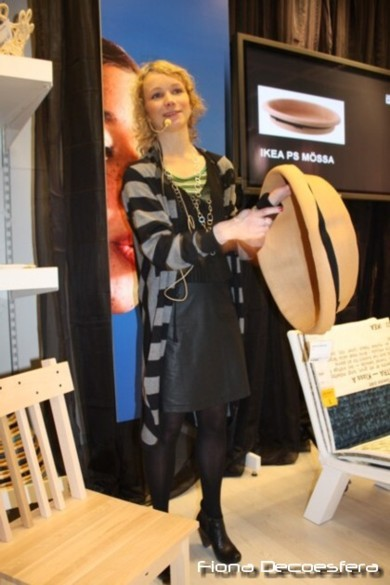 Maria Vinka mostrando el cesto Ikea PS Mössa