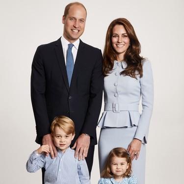 Kate Middleton elige uno de sus 'outfits' favoritos para felicitar la Navidad junto a su familia
