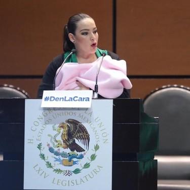 """""""Hay un mínimo de tolerancia materno infantil"""": una senadora mexicana es criticada por comparecer con su bebé en brazos"""