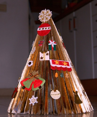 Hecho con una revista el rbol de navidad de bel n for Como decorar un belen de navidad