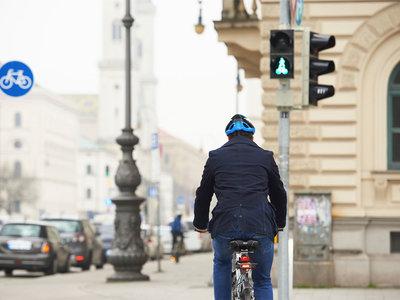 Cuando el ciclista lleva una aplicación que pone el semáforo en verde para él y en rojo para los coches