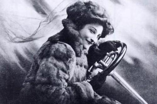 """Cuando la mujer más rápida de la Tierra inventó los retrovisores: """"Si conduces sola, es aconsejable llevar un pequeño revólver"""""""
