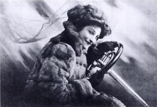 'The woman and the car': una guía que animó a las mujeres de la Inglaterra eduardiana a conducir sus propios coches