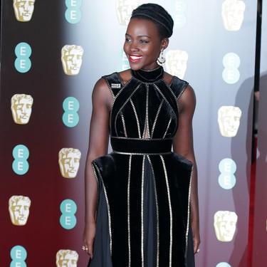 No sabemos que nos gusta más del look de Lupita Nyong'o en los BAFTA 2018: ¿terciopelo o cremalleras?