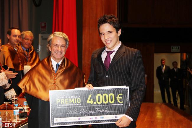 Pablo Rodríguez recibe el trofeo al mejor expediente de su promoción (2010) ©ETSII_UPM