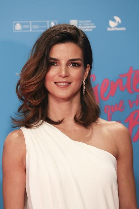 Clara Lago desafía al frío con un vestido de inspiración griega para la premiere de Gente que viene y bah