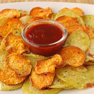 Chips bicolores de patata y boniato al horno: receta de picoteo saludable