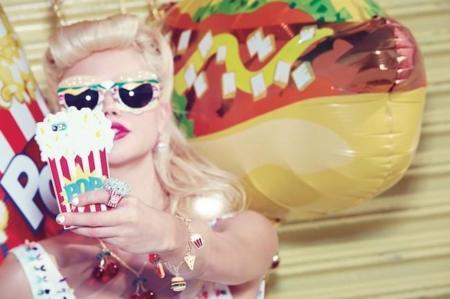 Parece que Katy Perry está hambrienta... Y así nos lo muestra en su última colaboración con Claire's