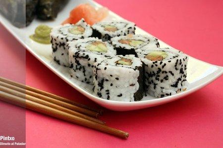Uramaki de pepino, salmón y semillas de cebolla