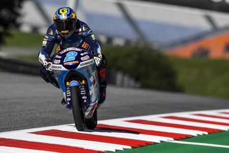 Gabriel Rodrigo vuela sobre el asfalto con aceite del Red Bull Ring para hacer la pole de Moto3