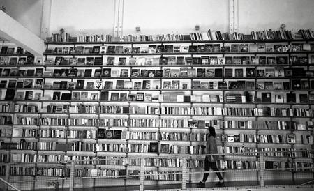 """""""Uso película en blanco y negro, y no en color, porque el mundo que me rodea lo veo así"""": Manuel Moraleda, fotógrafo analógico"""