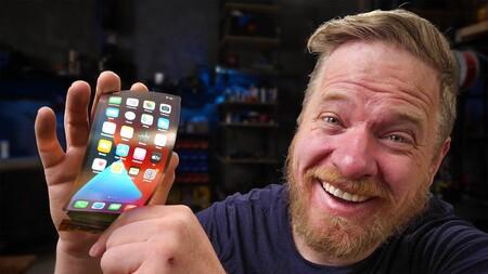 Un YouTuber conecta una pantalla flexible a su iPhone y nos muestra cómo podría ser un iPhone plegable