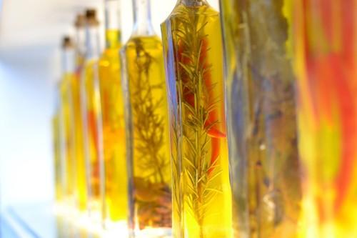 Los diferentes tipos de aceites que puedes encontrar en el supermercado (y cómo puedes usarlos en la cocina)