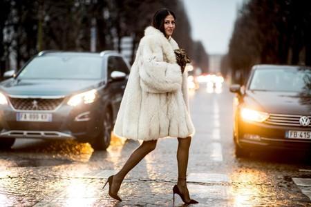 11 abrigos de pelo sintético para añadir un toque de tendencia (y calorcito) a tus vestidos de fiesta