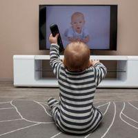 ¿Pones demasiado alto el volumen de la televisión? Podría afectar al desarrollo del habla de tu bebé