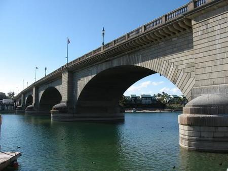 El falso Puente de Londres en Londres y el verdadero en... Arizona