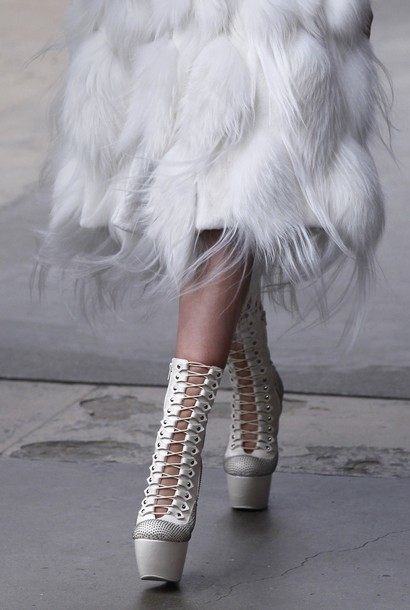 Foto de Alexander McQueen Otoño-Invierno 2011/2012 en la Semana de la Moda de París: Sarah Burton continúa con nota el legado (20/27)