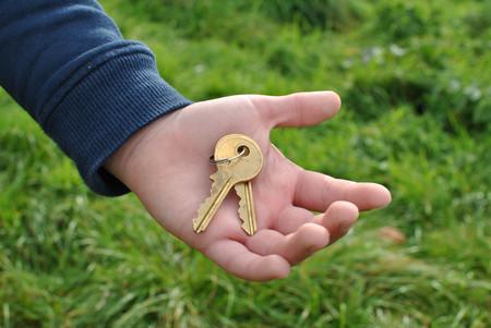 Niños de la llave: niños que se quedan solos en casa mientras sus padres trabajan