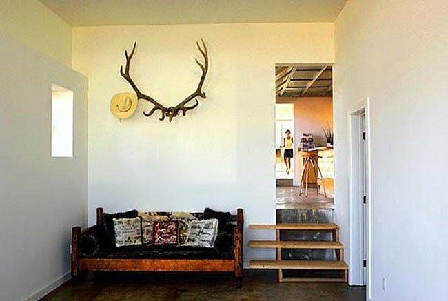 Un rincón vaquero encima del sofá.