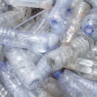 Una nueva enzima podría permitir el reciclaje infinito del plástico PET común utilizado en botellas de agua y ropa