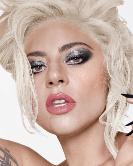 Lady Gaga nos sorprende a todos con un cambio de look de lo más rosa