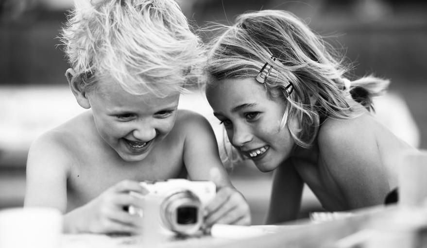 Martijn van Oers fotografía la bella amistd de su hijo de 5 años con su mejor amiga antes de separarse para siempre