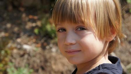 Aran, el niño que al año pasado decidía si ir o no al colegio, va contento cada día