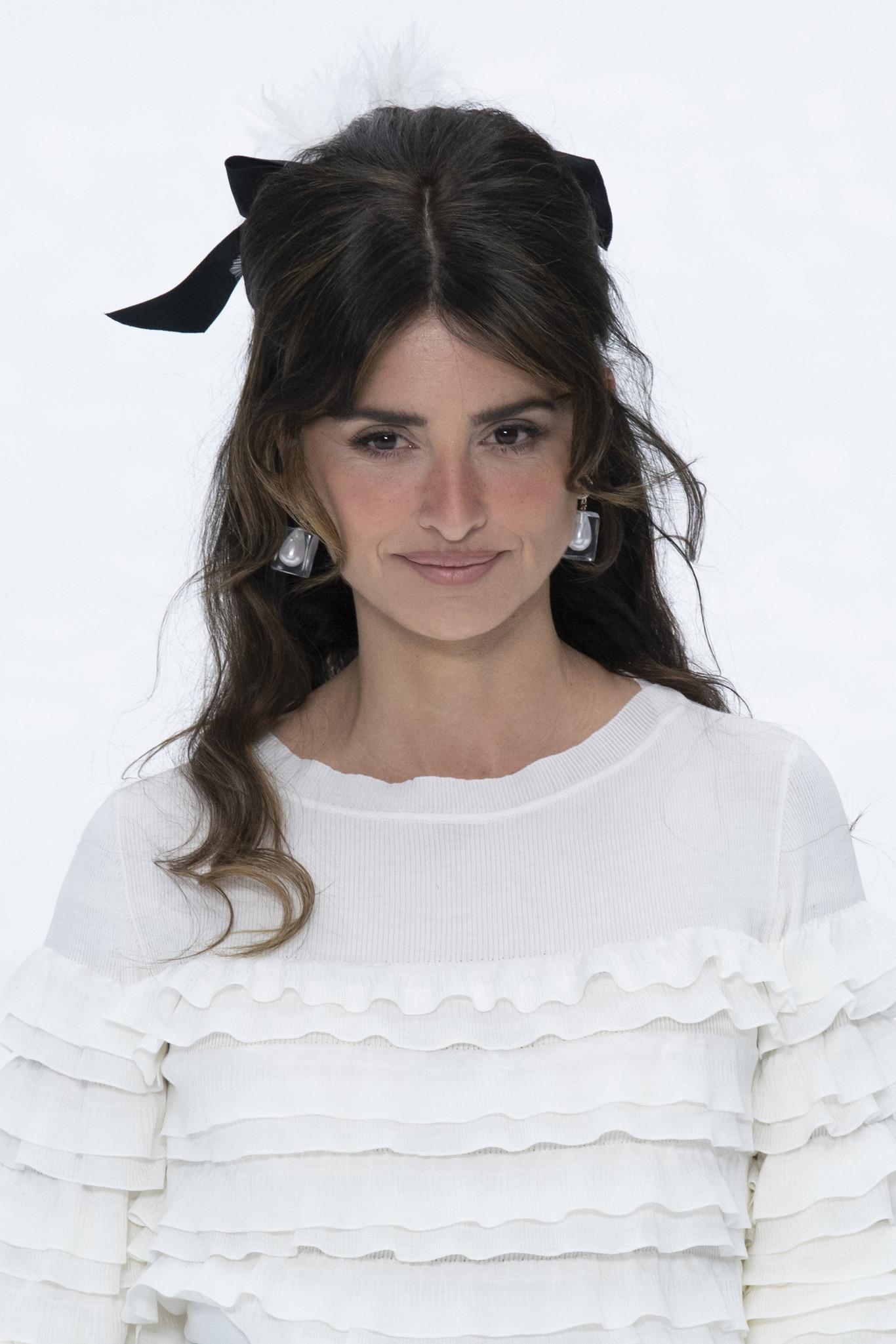 El desfile de Chanel se cubre de gloria con los accesorios para el cabello  (que ya queremos copiar) 1e11fa617
