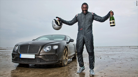 Idris Elba celebrando el récord