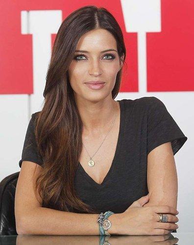 Sara Carbonero escoge las  pulseras Labruixeta una vez más