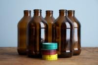 Jarrones improvisados con unas tiras de washi tape y viejas botellas