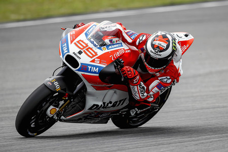 """Lorenzo y Ducati mejoran el segundo día en Sepang, """"estamos mucho más cerca de los de delante"""""""
