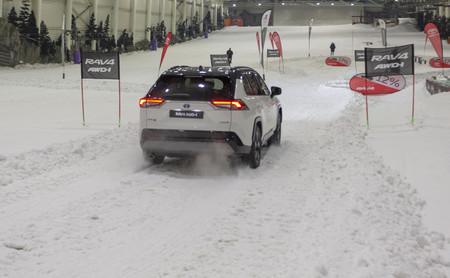 Toyota RAV4 Hybrid AWD-i en nieve