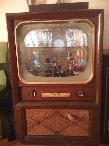 Un bar dentro de un viejo televisor