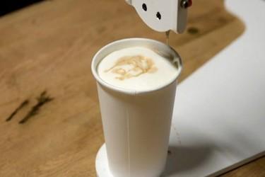 Barista Bot, el robot que pinta retratos en la espuma del café