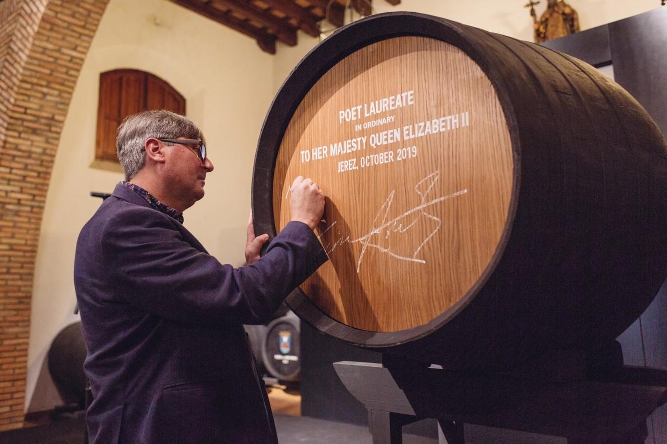 El poeta de la reina de Inglaterra está en Jerez para llevarse 540 litros de vino, una tradición centenaria...