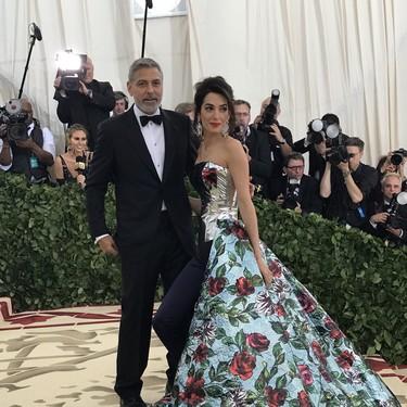 Gala MET 2018: Amal Clooney se confunde de lleno con este mono volumétrico con maxi sobrefalda de flores