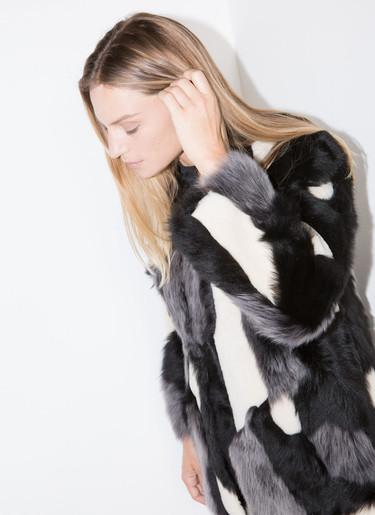 No tengas miedo a los excesos, el 'fluffy coat' es el abrigo ganador