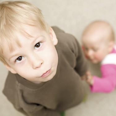 Los niños que tienen un hermano mayor tardan más en empezar a hablar, según un estudio