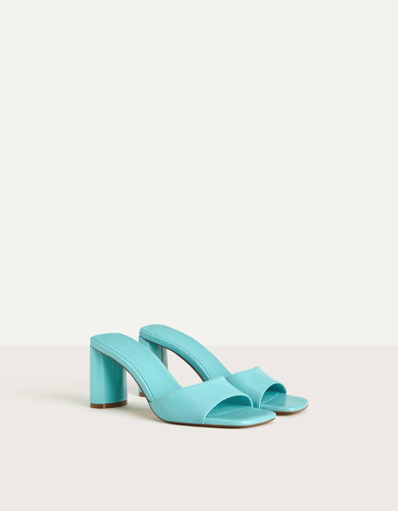 Sandalia tacón en color azul turquesa. Tipo mule. Punta cuadrada.