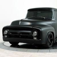 Esta negra y apacible Ford-100 de 1956 esconde el V8 de 533 CV  del Shelby GT350 y está a la venta