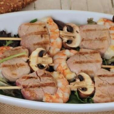 Cómo hacer la receta de brochetas de mar y montaña para una cena ligera