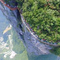 Caminar por una pasarela de cristal a 1.400 metros de altura suena y luce aterrador